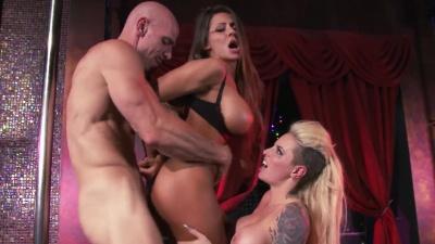 Tetonas strippers Christy Mack y Madison Ivy comparten una verga en el club