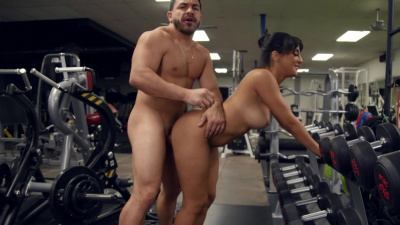 Gym hottie Kosame Dash takes a break from workout to fuck