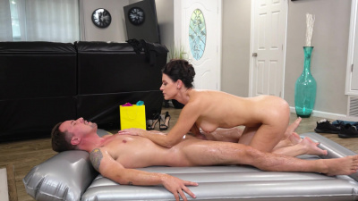 Milf masseuse India Summer makes her client cum all over her face