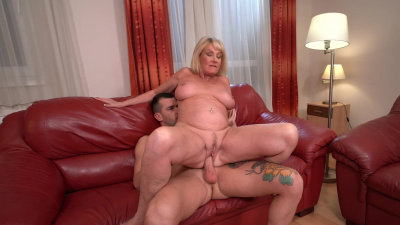 Naughty granny Milf Amy gives her vintage pussy to a young guy