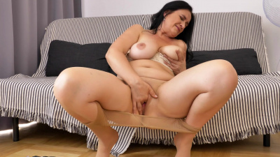 Cum craving cougar Ria Black rubs her pussy juices everywhere